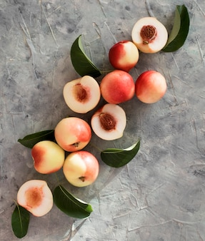 Abricot pêche sur la table vue de dessus de la fenêtre de lumière de fruits d'été