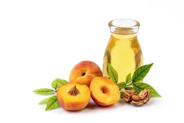 Abricot ou prunus armeniaca fruits, graines et huile isolés sur blanc.