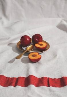 Abricots à angle élevé sur assiette