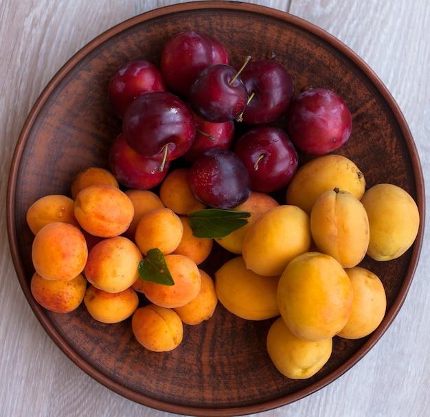 Abricots biologiques mûrs avec des feuilles
