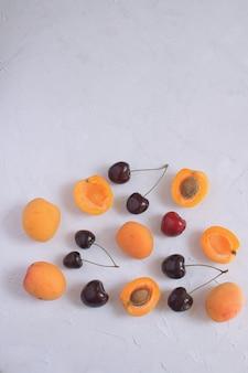 Abricots et cerises isolés sur blanc fruits d'été et baies
