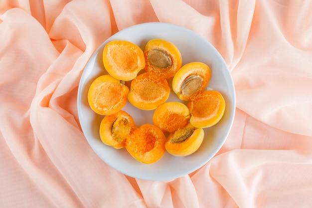 Abricots dans une assiette. pose à plat.