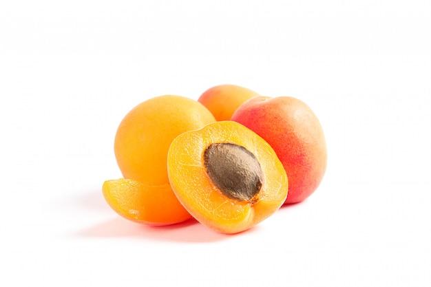 Abricots doux frais isolés