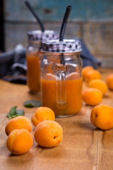 Abricots avec du jus
