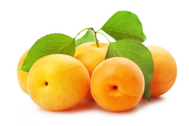 Abricots avec des feuilles sur fond blanc