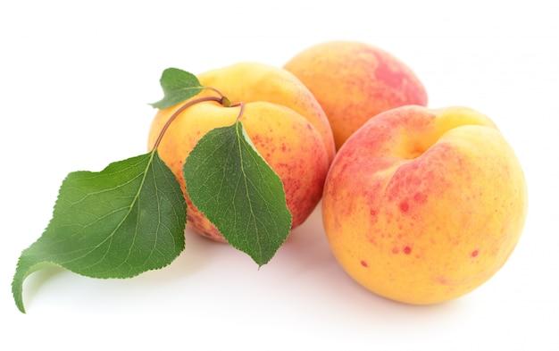 Abricots avec des feuilles.