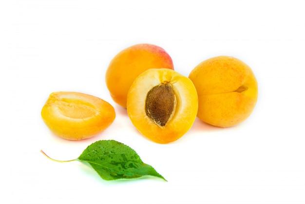 Abricots sur fond blanc mise au point sélective.
