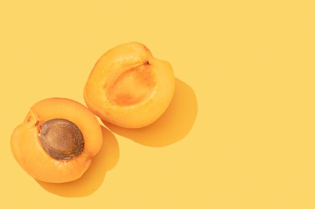 Abricots sur fond jaune