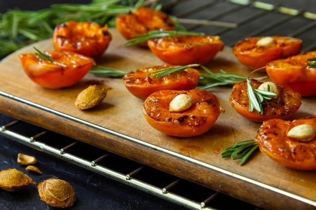 Abricots grillés aux noyaux et au thym.
