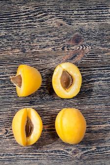 Abricots jaunes maison coupés en morceaux pour la cuisson