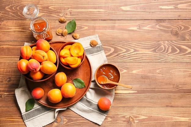 Abricots mûrs savoureux avec de la confiture sur la table