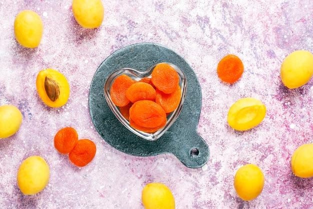 Abricots secs aux fruits frais juteux abricots, vue du dessus