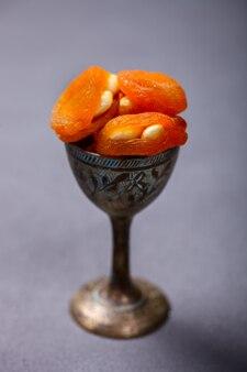 Abricots secs aux noix desserts traditionnels de l'est