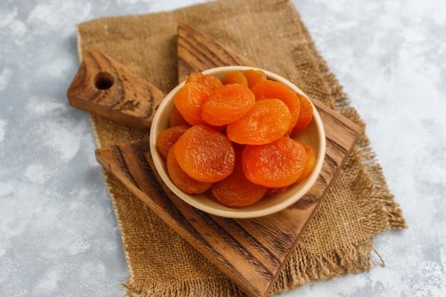 Abricots secs sur béton léger