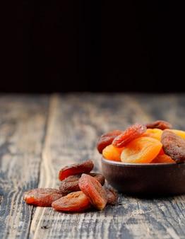 Abricots secs dans un bol en argile