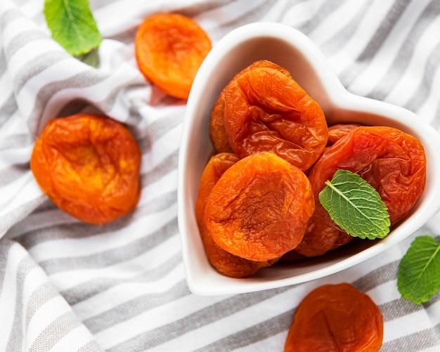 Abricots secs sur fond textile gris