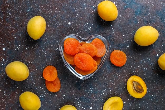 Abricots secs avec fruits frais juteux abricots, vue du dessus