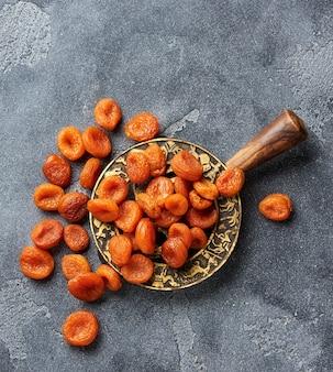 Abricots secs sur gris