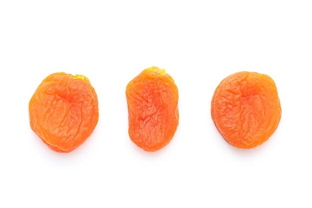 Abricots secs isolés sur blanc, vue de dessus