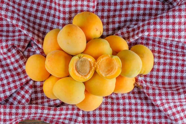 Abricots sur une toile de pique-nique. pose à plat.