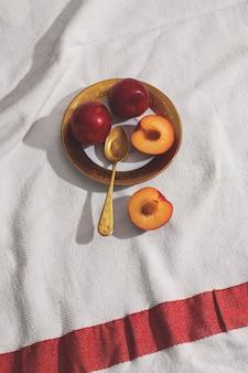 Abricots sur la vue de dessus de la plaque