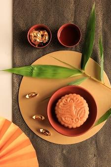 Abstract still life festival de la mi-automne snack moon cake sur fond crème avec de jeunes bambous