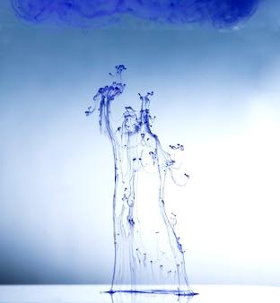 Abstraction, gouttes de peinture dans l'eau