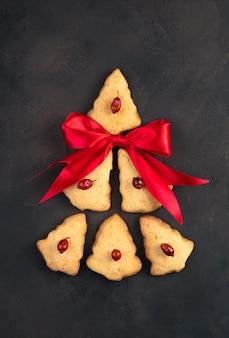 Abstrait arbre de noël fait de biscuits et d'un arc rouge