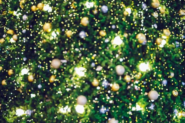 Abstrait arrière-plan flou d'arbre de noël avec la lumière de bokeh