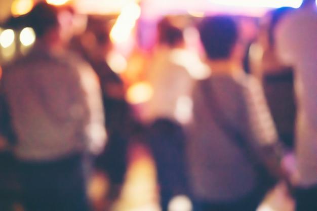 Abstrait arrière-plan flou, les buveurs dansent dans une soirée dansante.