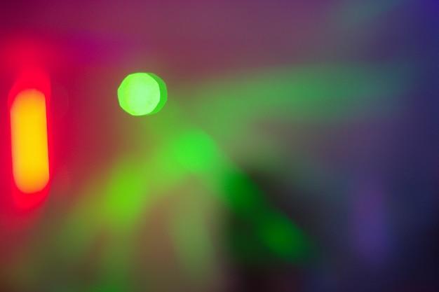 Abstrait arrière-plan flou dans une boîte de nuit. la photo est floue, bokeh. contexte pour les présentations, la vie de boîte de nuit