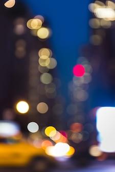 Abstrait arrière-plan flou de la ville. réverbères de grande ville la nuit. lumières et ombres de new york city