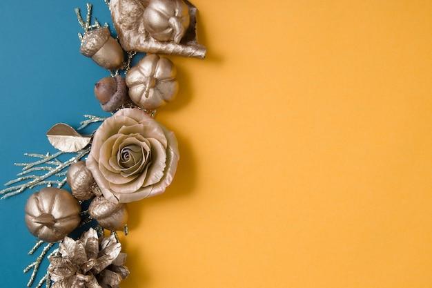Abstrait automne avec des citrouilles dorées laisse des glands sur des fonds de papier coloré avec copie s...