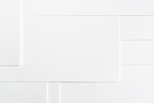 Abstrait blanc minimaliste de feuilles de papier propre soigneusement disposés en motif géométrique.