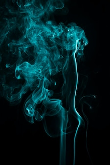 Abstrait bleu fumée tourbillonnant sur un fond noir