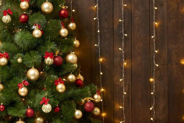 Abstrait en bois avec arbre de noël et lumières
