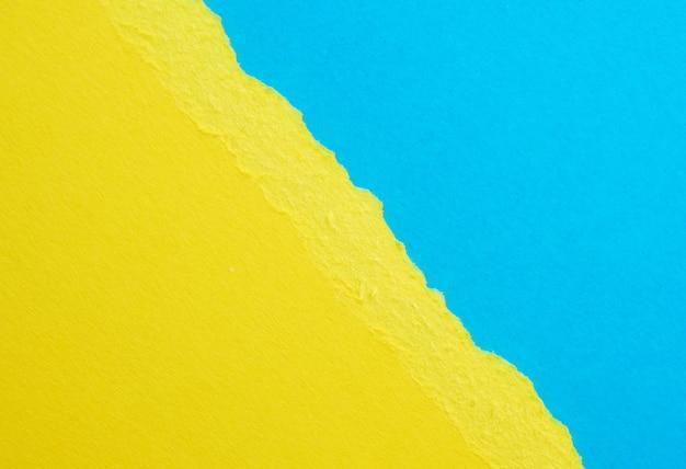 Abstrait avec bords déchirés de papier jaune