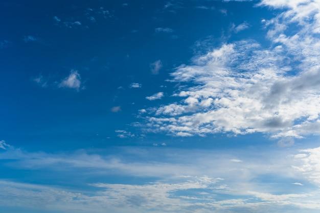 Abstrait ciel bleu avec blanc pourrait pour le fond