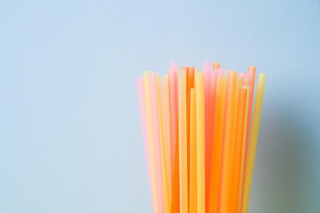 Abstrait coloré de pailles en plastique utilisées pour l'eau potable ou des boissons non alcoolisées. mise au point sélective. espace de copie
