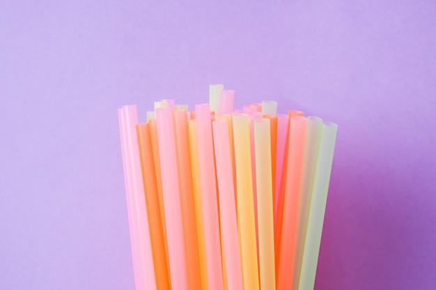 Abstrait coloré de pailles en plastique utilisées pour l'eau potable ou des boissons non alcoolisées