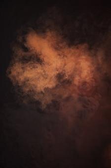 Abstrait, couleur de nébuleuse rouge, orange et brune, texture liquide créative, eau de rivière rouge et lumière et poussière flottant dans l'eau