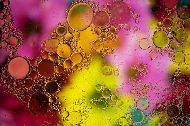 Abstrait avec des couleurs vibrantes. l'huile tombe dans l'eau. fermez les bulles colorées et artistiques.