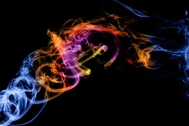 Abstrait dégradé de couleur fumée isolée sur un fond noir pour votre conception.
