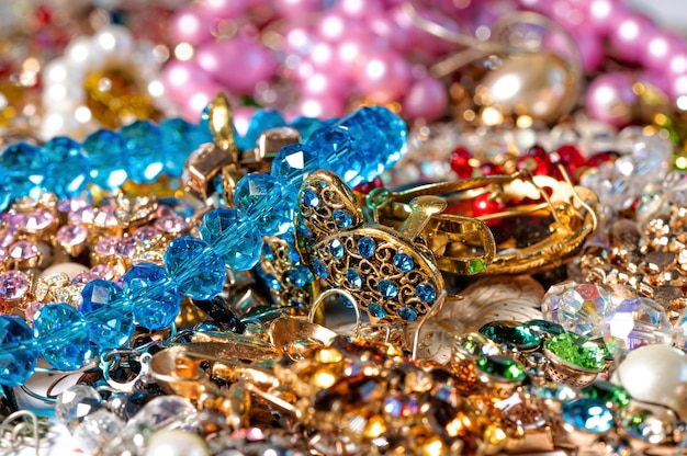 Abstrait de divers bijoux lumineux colorés et bijoux fantaisie, mise au point douce et sélective