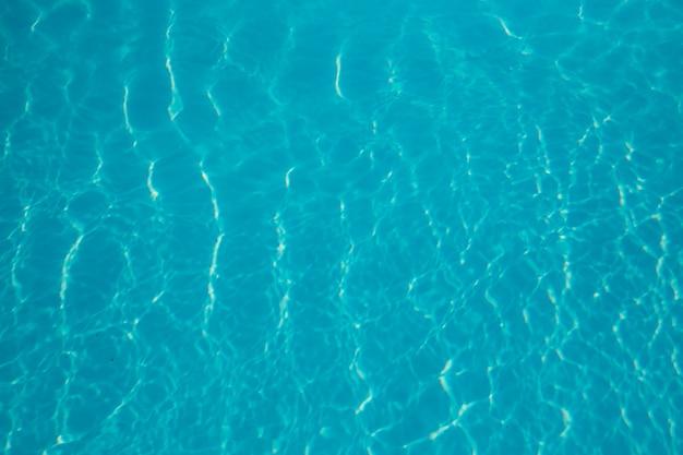 Abstrait d'eau bleue fraîche et pétillante dans une piscine