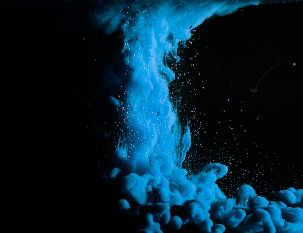 Abstrait épais brouillard bleu dans un liquide sombre