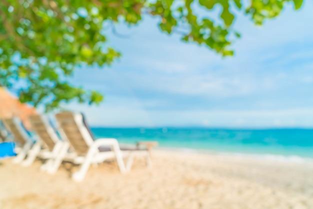 Abstrait flou beau luxe parasol et chaise sur mer et plage