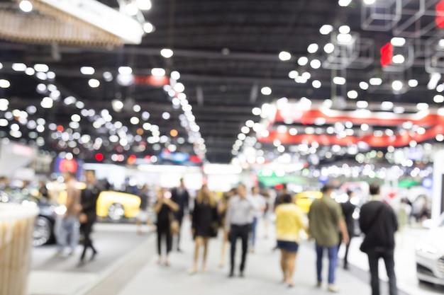 Abstrait flou gens dans le contexte de l'événement salon automobile hall d'exposition