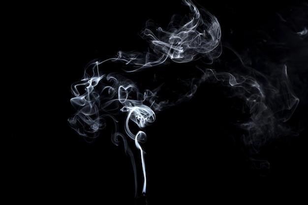 Abstrait, fumée blanche isolée sur fond noir