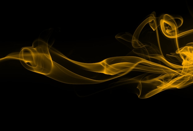 Abstrait fumée jaune sur fond noir. conception du feu